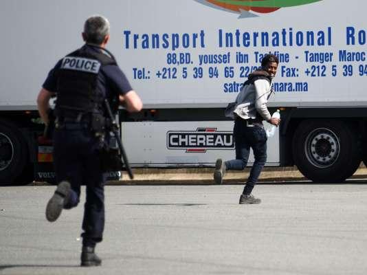 Human Right Watch dénonce l'utilisation de gaz poivre contre les migrants à Calais - Le Monde