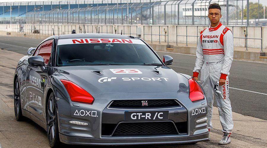 Nissan GT-R/C: Une manette de PS4 en guise de volant