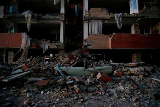 Au moins 328 morts et plus de 2 500 blessés dans un séisme en Iran - Le Monde