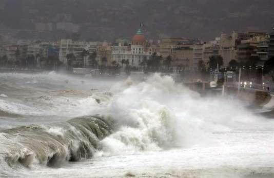 Tempête Ana : 36 000 foyers privés d'électricité, 3 départements en alerte orange - Le Monde