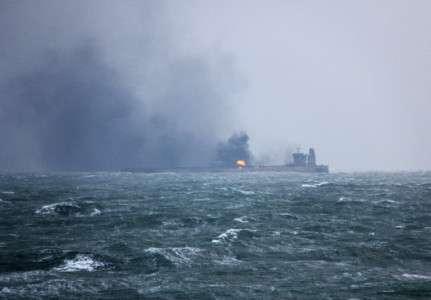 En Chine, un pétrolier en feu fait craindre une marée noire