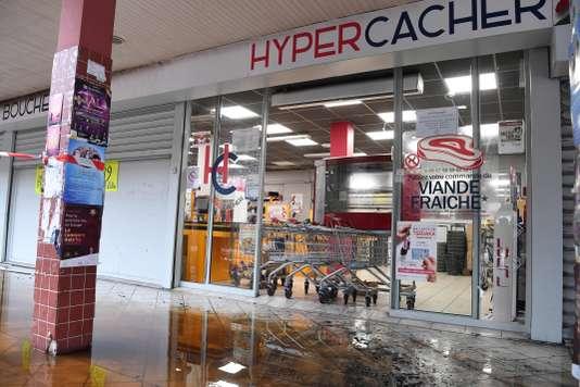 Une épicerie casher, déjà cible de tags antisémites, incendiée à Créteil - Le Monde