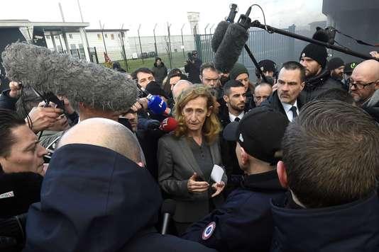 Prisons : les syndicats appellent à débrayer ; la garde des sceaux joue la médiation - Le Monde