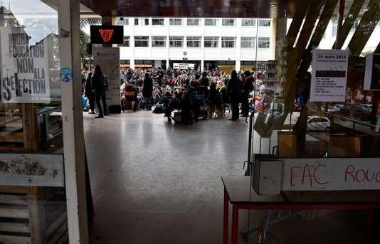 Universités : la police intervient à Nancy et à Metz pour lever des blocages - Le Monde