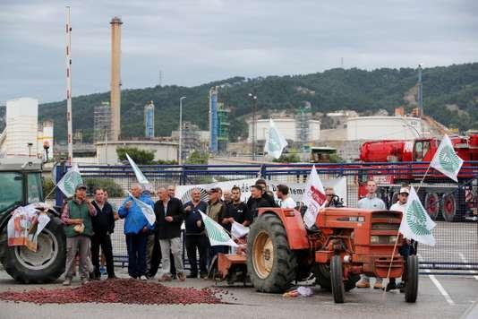 Des agriculteurs bloquent treize raffineries et dépôts de carburant