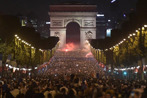 """""""On est en finale !"""", scandent les supporters dans les rues de Paris"""