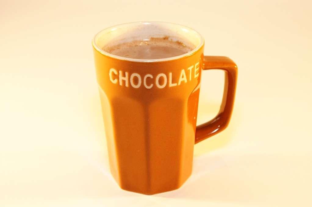 Science décalée : le chocolat chaud est meilleur dans une tasse orange