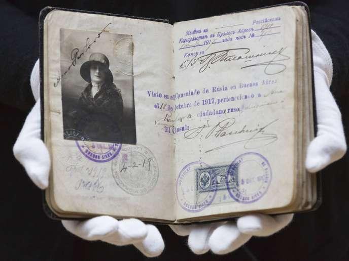 Le passeport, agent double