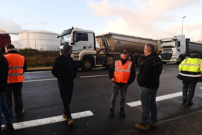 Les blocages des dépôts pétroliers par les entreprises du BTP continuent au lendemain d'une réunion à Bercy