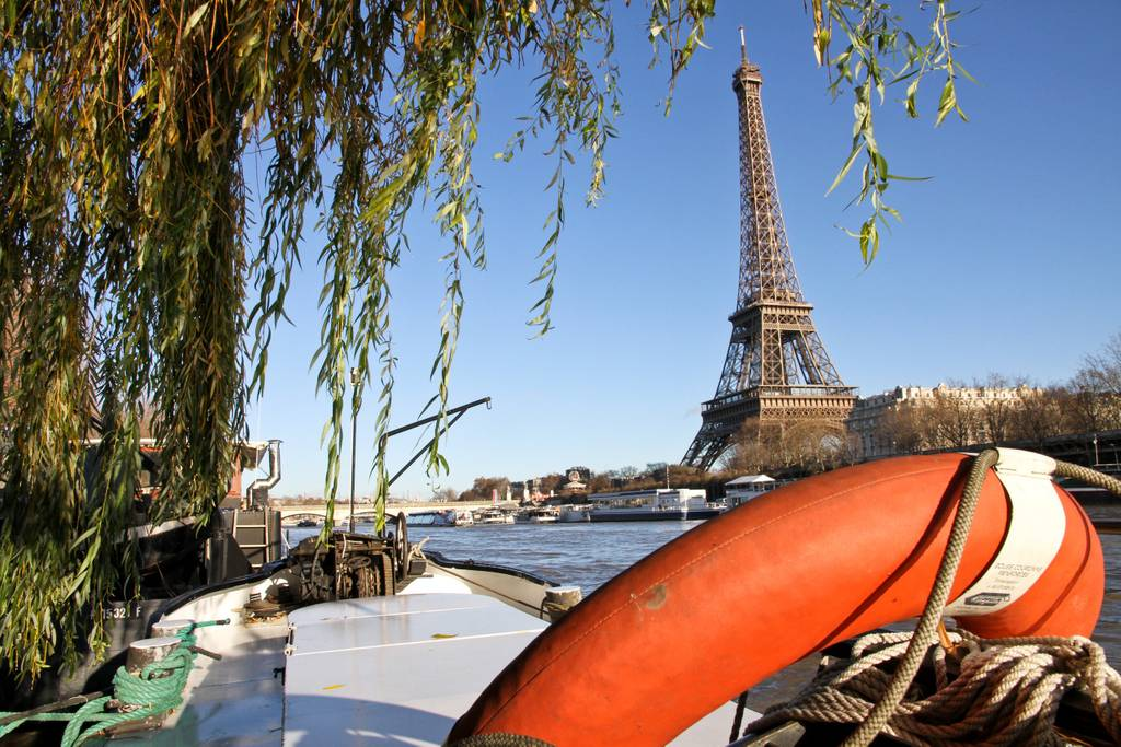 Airbnb - Location Charmante Péniche Face à la Tour Eiffel à Paris