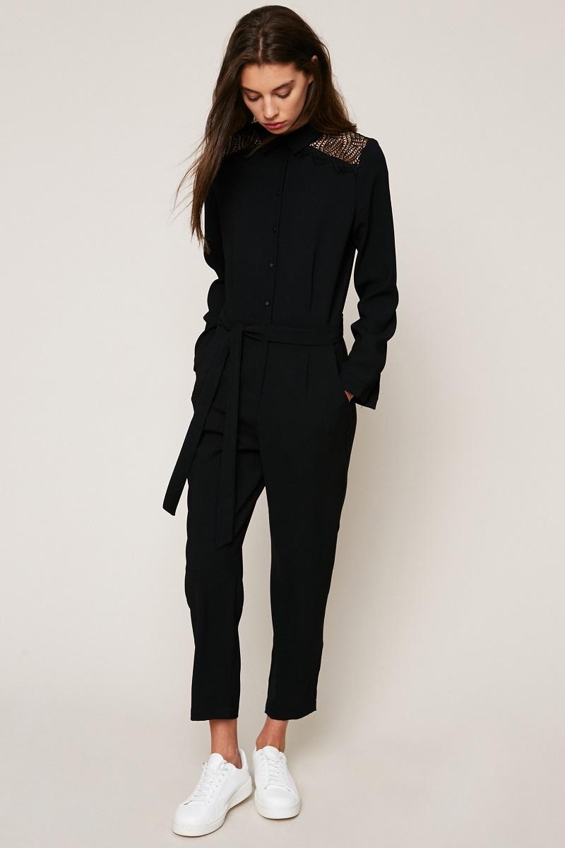 55e3bd93f9b Suncoo Combinaison noire ceinturée à détail dentelle macramé - Combinaison  Femme Monshowroom  (Mode)  Monshowroom Suncoo Combinaison noire ceinturée à  ...