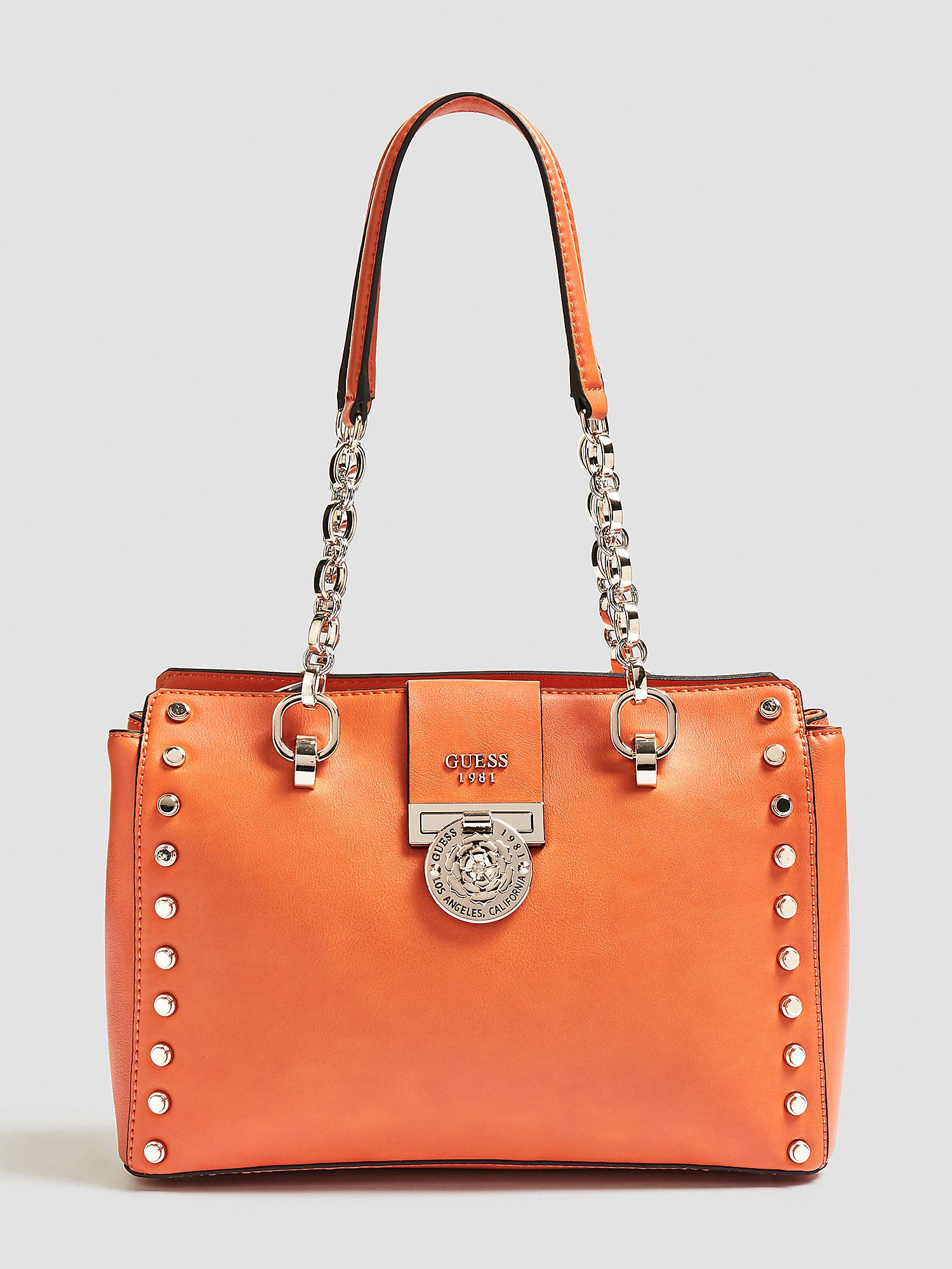 4a2097ac58c6 SAC MARLENE APPLICATIONS CLOUS Orange Guess - Sacs à main Guess ...