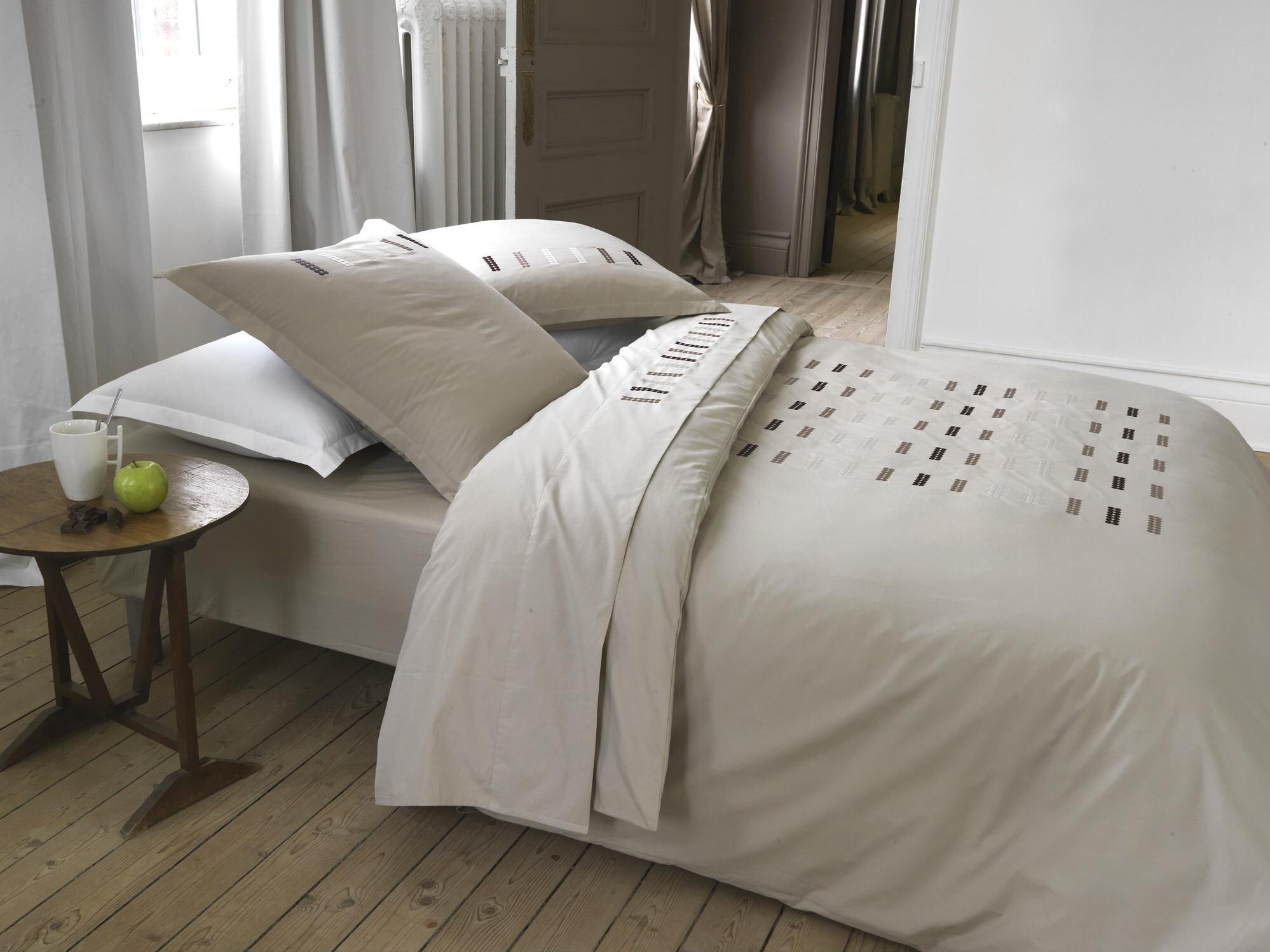 housse de couette brod e pois dragees au carre blanc. Black Bedroom Furniture Sets. Home Design Ideas