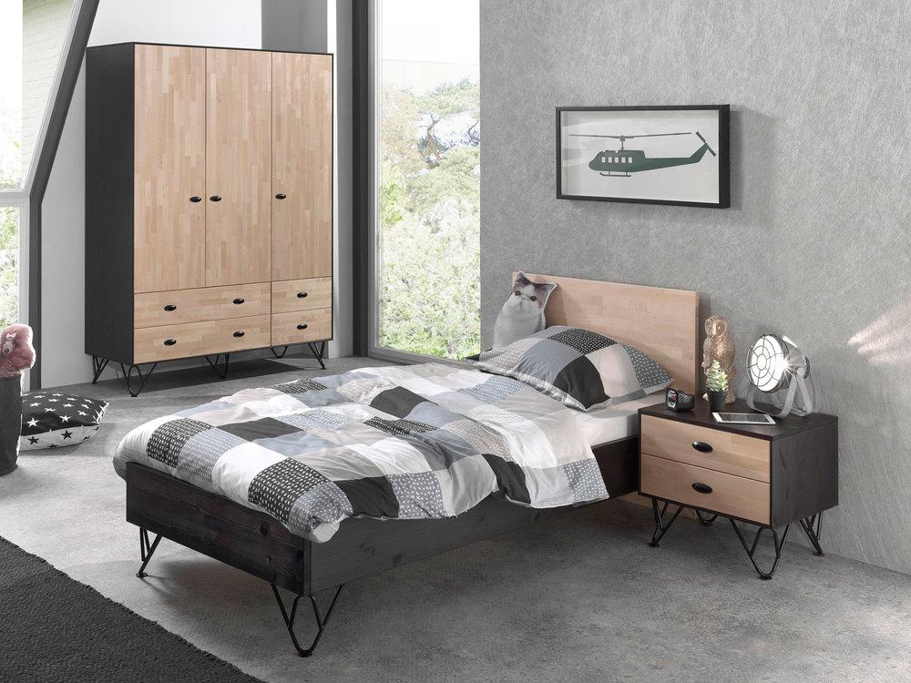 armoire en bois massif vernis naturel et noir wilo avec tiroirs armoire enfant delamaison. Black Bedroom Furniture Sets. Home Design Ideas