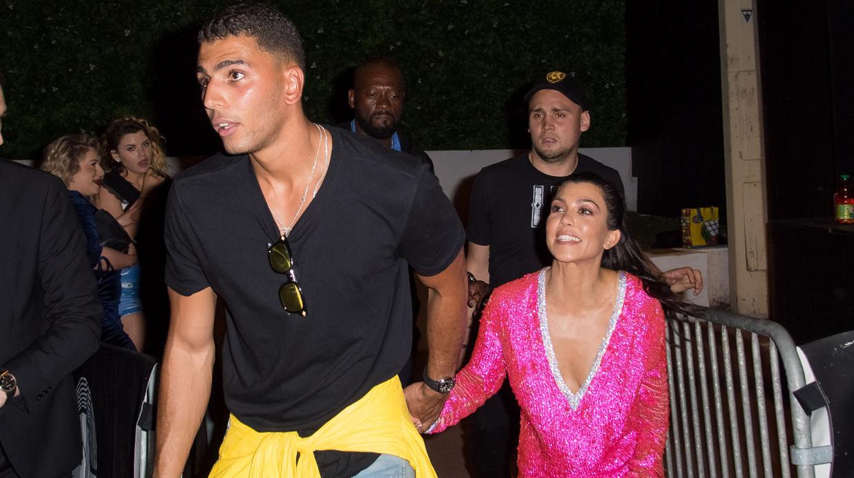 PHOTOS Kourtney Kardashian officialise avec son petit-ami français (et en  montre un peu trop)  (People) ... publique ensemble à Cannes. c1b0bd66844