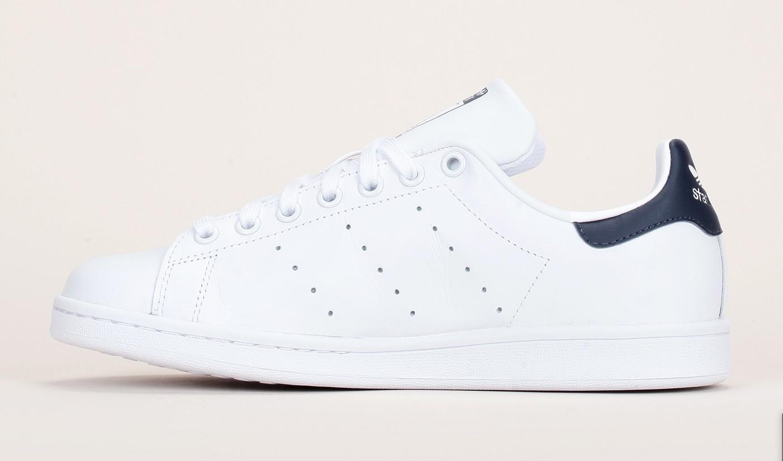 Sneakers cuir blanc perforé talon marine Stan Smith Adidas
