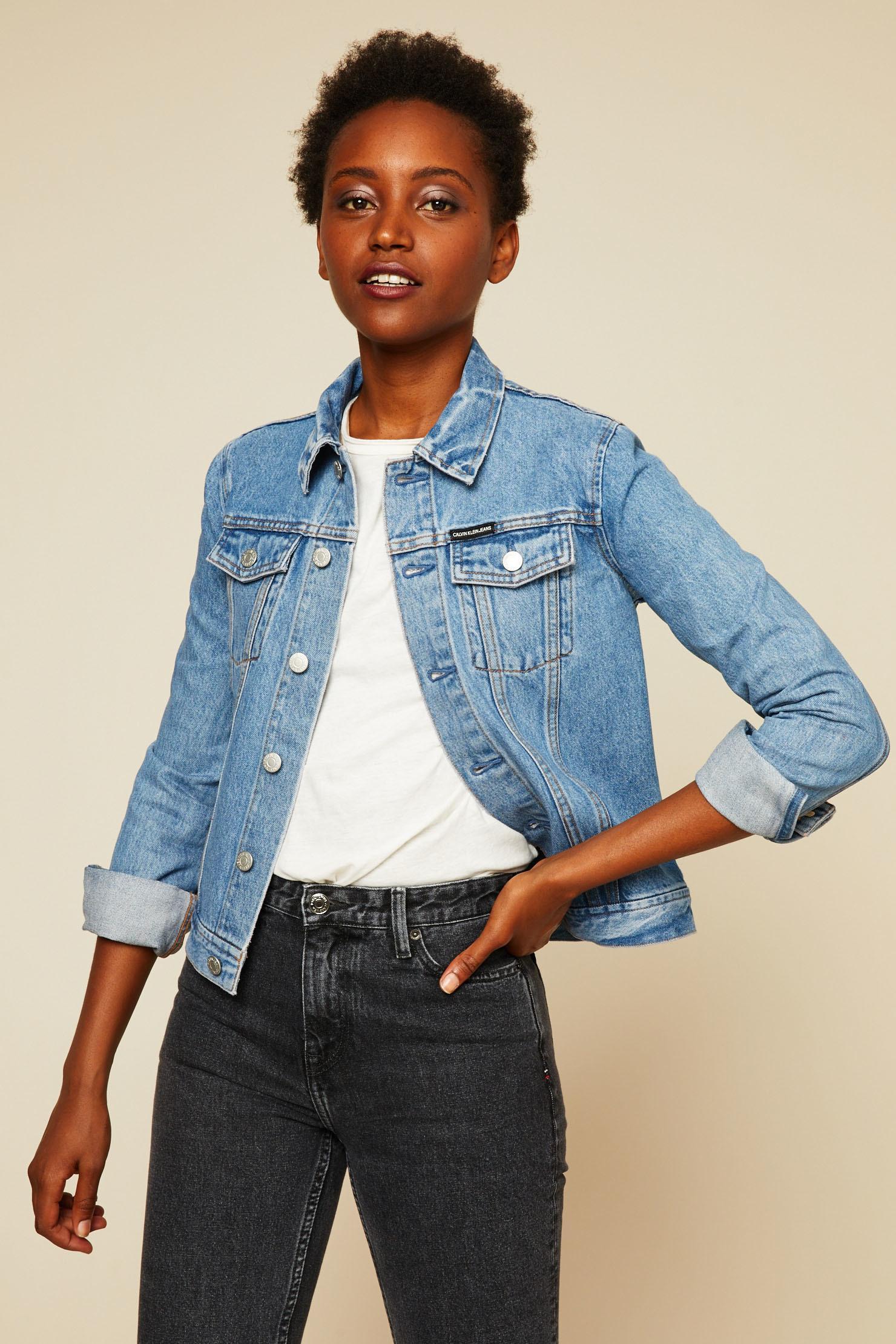 Calvin Klein Veste en jean délavé floqué au dos bleu - Veste en Jeans Femme  Mons... Monshowroom Calvin Klein Veste en jean délavé floqué au dos bleu  Calvin ... 39456fa80f6