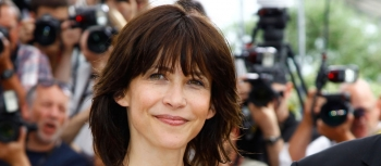 PHOTO Sophie Marceau, ultra sexy en minijupe dans les coulisses d'un shoo­ting photo